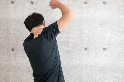 肩を動かす男性.jpg