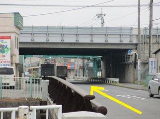 整体院への行き方(中央自動車道の高架下の道)